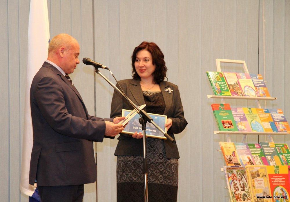 Посольство России передало школам Приднестровья книги и компьютерную технику