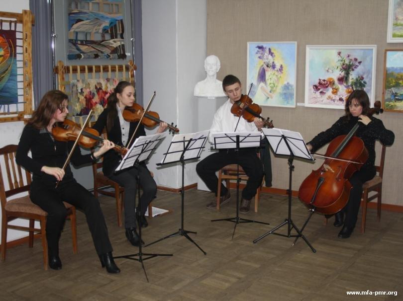 В Бендерах открылась выставка, приуроченная к 20-летию Художественного колледжа