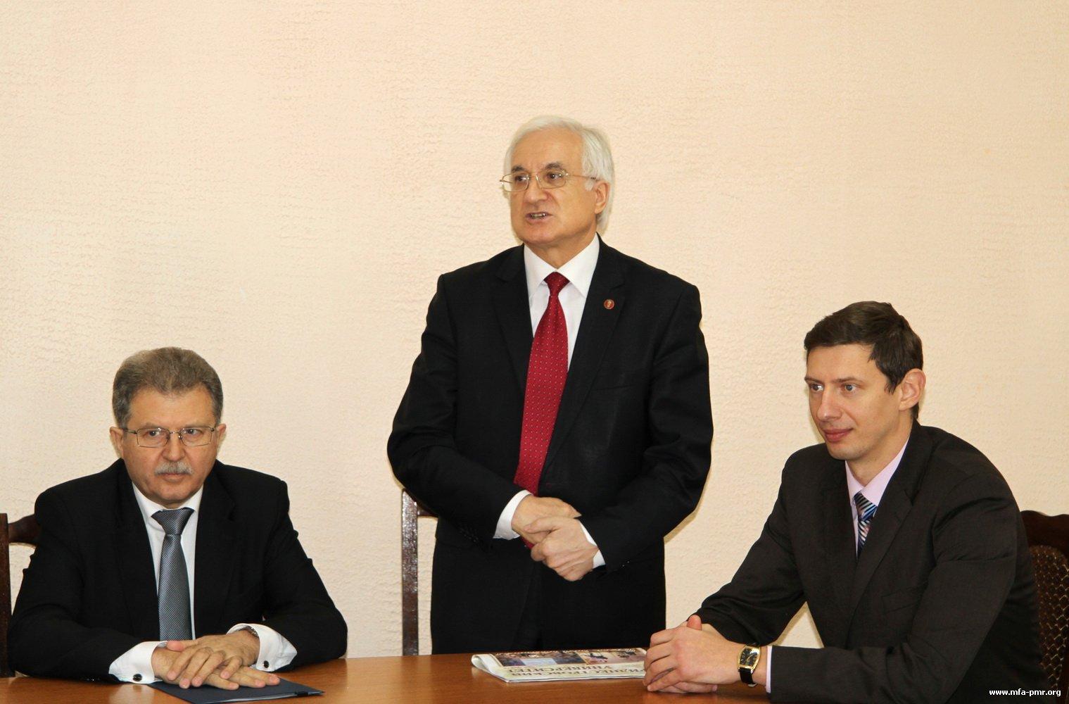 Приднестровскому госуниверситету передали книги из библиотечного фонда МГИМО
